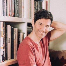 Ο Σάκης μας & βιβλιοφάγος: Σε μια ατμοσφαιρική φωτό με τα πυτζαμάκια του διαβάζει & προτείνει (Φωτό) - Κυρίως Φωτογραφία - Gallery - Video