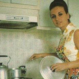 Σπάνιες vintage φωτό: Η Βίκυ Μοσχολιού μαγειρεύει στην κουζίνα της - Η Μάρω Κοντού & η Ρένα Βλαχοπούλου πλέκουν - Κυρίως Φωτογραφία - Gallery - Video