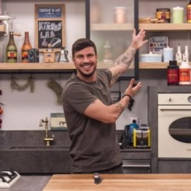 O Άκης Πετρετζίκης μας ετοιμάζει πεντανόστιμα κοτοπιτάκια με μπεσαμέλ (Βίντεο)  - Κυρίως Φωτογραφία - Gallery - Video