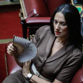 Η Νόνη Δούνια στην Βουλή με στυλ – Υπέρκομψο σοκολά φουστάνι, κατάμαυρα μακριά μαλλιά & βεντάλια στο χέρι (φωτό) - Κυρίως Φωτογραφία - Gallery - Video
