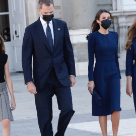 Ο Βασιλιάς & η Βασίλισσα της Ισπανίας με τις πριγκίπισσες Λεονόρ & Σόφια σε εκδήλωση στην μνήμη των θυμάτων του Κορωονοϊού – Το αυστηρό μπλε της Λετίσια & οι 12ποντες γόβες - Κυρίως Φωτογραφία - Gallery - Video
