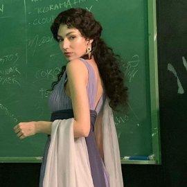 """Ούρσουλα Κορμπερό το κορίτσι πρωταγωνίστρια του """"La casa de papel"""" ντύθηκε Ελληνίδα θεά & γράφει στα ελληνικά (Φωτό)  - Κυρίως Φωτογραφία - Gallery - Video"""