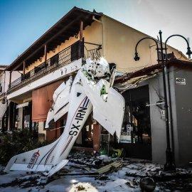 Πρώτη Σερρών: Το μονοκινητήριο αεροσκάφος έπεσε στην πλατεία, λίγα μέτρα μακριά από την εργασία της μητέρας του 19χρονου πιλότου (φωτό - βίντεο) - Κυρίως Φωτογραφία - Gallery - Video