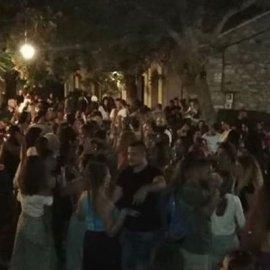 Κορωνοϊός - Ικαρία: Παράδειγμα προς αποφυγή ο συγχρωτισμός, τα πανηγύρια & οι χοροί - Το τρικούβερτο γλέντι σε φωτό & βίντεο - Κυρίως Φωτογραφία - Gallery - Video