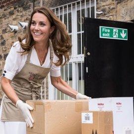 Η πριγκίπισσα Kate στα χνάρια της πεθεράς της Diana: Έπεισε τους μεγαλύτερους οίκους μόδας να βοηθήσουν φτωχές οικογένειες - Το ολόλευκο καλοκαιρινό look (φωτό) - Κυρίως Φωτογραφία - Gallery - Video