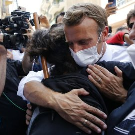 Ο Εμανουέλ Μακρόν σήκωσε τα μανίκια & πήγε στη Βηρυτό: Οι αγκαλιές με τα παιδάκια & η δήλωση «Είμαστε αδέλφια με τον Λίβανο» (φωτό - βίντεο) - Κυρίως Φωτογραφία - Gallery - Video