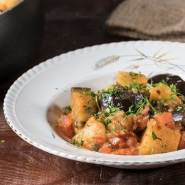 O Άκης Πετρετζίκης μας προτείνει μια μοναδική συνταγή - Μελιτζάνες γιαχνί με πατάτες  - Κυρίως Φωτογραφία - Gallery - Video