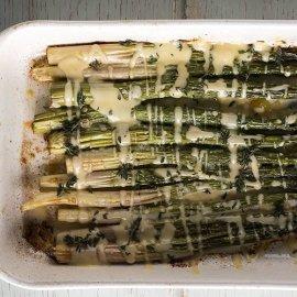 O Άκης Πετρετζίκης μας προτείνει μια πεντανόστιμη συνταγή - Σπαράγγια στον φούρνο με beurre blanc  - Κυρίως Φωτογραφία - Gallery - Video