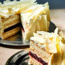 Ο Στέλιος Παρλιαρος μας φτιάχνει μία εντυπωσιακή τούρτα - Τούρτα βανίλια με βύσσινα  - Κυρίως Φωτογραφία - Gallery - Video