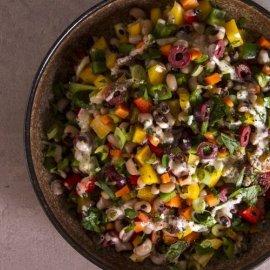 Ο Άκης Πετρετζίκης δημιουργεί μια πεντανόστιμη συνταγή - Σαλάτα με μαυρομάτικα φασόλια & σος ταχίνι - Κυρίως Φωτογραφία - Gallery - Video