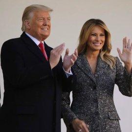 """""""Άντε & αυτό να τελειώνουμε…"""" είπε υποδεχόμενη τη γαλόπουλα στον Λευκό Οίκο η Μελάνια Τραμπ – Το άψογο παλτό-φόρεμα της Πρώτης Κυρίας (Φωτό & Βίντεο)   - Κυρίως Φωτογραφία - Gallery - Video"""