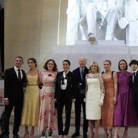 Ναόμι, Φίνεγκαν, Μέισι & Νάταλι : Τι φόρεσαν οι 4 εγγονές του νέου Προέδρου στην ορκωμοσία & το βράδυ στο πάρτι (φώτο) - Κυρίως Φωτογραφία - Gallery - Video