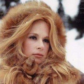 Μια φωτό από το παρελθόν: Η Αλίκη Βουγιουκλάκη παίζει με το χιόνι φορώντας το πιο όμορφο μπουφάν - Φουσκωτό με γούνα στην κουκούλα - Κυρίως Φωτογραφία - Gallery - Video