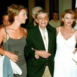 Ο Ντίνος Ηλιόπουλος σε μια σπάνια φωτογραφία: Μαζί με τις κόρες του Εβίτα και Χίλντα, από τον γάμο του με την Χίλντεγκαρντ Βίτσερ - Κυρίως Φωτογραφία - Gallery - Video