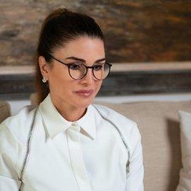 Πάντα σικ η βασίλισσα Ράνια: Με business look σε τηλεδιάσκεψη - Αυστηρή κοτσίδα, γυαλιά και λευκό πουκάμισο με ζώνη (φωτό) - Κυρίως Φωτογραφία - Gallery - Video