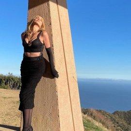 Όταν ο Dolce & Gabbana κακομαθαίνει την Sharon Stone: Με total black σύνολο, γάντια και γόβες, παραμένει σέξι στα 62 της (φωτό) - Κυρίως Φωτογραφία - Gallery - Video