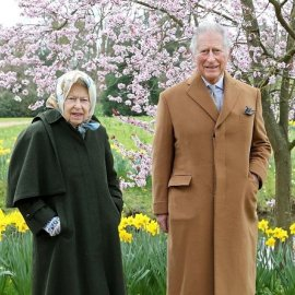 Η βασίλισσα Ελισάβετ γιορτάζει το Πάσχα με τον διάδοχο πρίγκιπα Κάρολο: Το  μεταξωτό μαντήλι στα μαλλιά & το κυπαρισσί παλτό με κάπα (φωτό) - Κυρίως Φωτογραφία - Gallery - Video