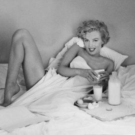 Vintage pics: Όταν ο Andre de Dienes φωτογράφιζε την Marilyn Monroe να παίρνει γυμνή πρωινό στο κρεβάτι το 1953 - Η απόλυτη πρόκληση - Κυρίως Φωτογραφία - Gallery - Video