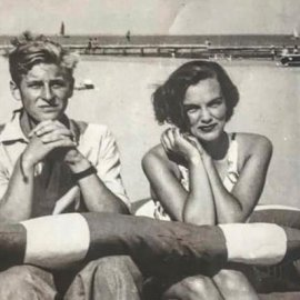 Αυτό το vintage είναι όλα τα λεφτά: Ο εκλιπών βασιλικός σύζυγος Φίλιππος στα 17 του με την γιαγιά της Κάρα Ντελεβίν - η πόζα που γράφει ιστορία στο jet set - Κυρίως Φωτογραφία - Gallery - Video