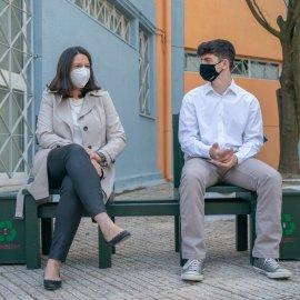 Good news: Το καινοτόμο παγκάκι 18 μαθητών του Λυκείου - Απορροφά τη ρύπανση , έχει 2 δύο κάδους ανακύκλωσης με πάνελ για τη φόρτιση μικροσυσκευών σακούλες για τα κατοικίδια - Κυρίως Φωτογραφία - Gallery - Video