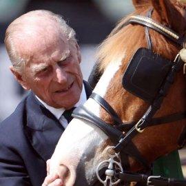 Κηδεία πρίγκιπα Φίλιππου: Η αγαπημένη άμαξα που σχεδίασε ο ίδιος καταφθάνει - Τα γάντια στην θέση του νεκρού αναβάτη (βίντεο) - Κυρίως Φωτογραφία - Gallery - Video