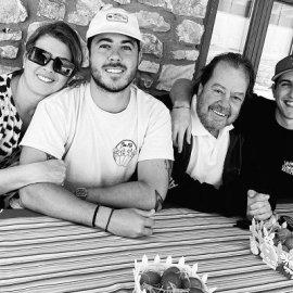Ο Γιάννης Πάριος και η Σοφία Αλιμπέρτη έκαναν Πάσχα με τους γιους τους - Χαμογελαστοί οι 4 τους στο γιορτινό τραπέζι (φωτό) - Κυρίως Φωτογραφία - Gallery - Video