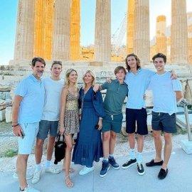 Η πρώην βασιλική οικογένεια της Ελλάδας στην Ακρόπολη: Ο διάδοχος Παύλος με την Μαρί Σαντάλ & τα 5 παιδιά τους ποζάρουν σαν διαφήμιση του ΕΟΤ για luxury τουρισμό (φωτό) - Κυρίως Φωτογραφία - Gallery - Video
