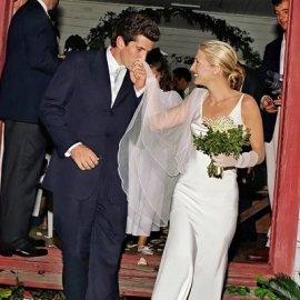 Vintage story: 25 χρόνια από τον πιο άτυχο γάμο διασημοτήτων - John Kennedy Jr - Carolyn Bessette - Το νυφικό Rodriguez & το σχέδιο για να τηρηθεί μυστική η τελετή (φωτό & βίντεο) - Κυρίως Φωτογραφία - Gallery - Video