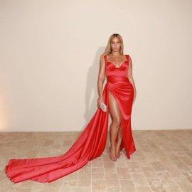 Valdrin Sahiti: Σχεδιάζει φορέματα μόνο για γυναίκες με μέση δαχτυλίδι & ζουμερά οπίσθια - 2 εκ followers για την μάρκα που λατρεύουν η Beyonce & η Cardi-B  - Κυρίως Φωτογραφία - Gallery - Video