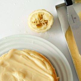 Τσιζκέικ λεμονιού με ρικότα από τον Στέλιο Παρλιάρο - η κρέμα της επικάλυψης το κάνει ακόμα πιο λαχταριστό - Κυρίως Φωτογραφία - Gallery - Video