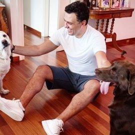 Ο υπουργός Τουρισμού Βασίλης Κικίλιας σε στιγμές χαλάρωσης - με τα σκυλιά του Φάτσα και Απόλλωνα (φωτό) - Κυρίως Φωτογραφία - Gallery - Video