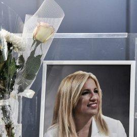 Μεσίστια σημαία - μαύρα πανό & λουλούδια στα γραφεία του ΚΙΝΑΛ - Τα στελέχη του κόμματος αποχαιρετούν την Πρόεδρο τους - Φώφη Γεννηματά (φώτο) - Κυρίως Φωτογραφία - Gallery - Video