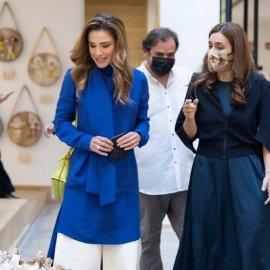 Βασίλισσα Ράνια της Ιορδανίας: Η λευκή ζιπ-κιλότ & το Royal Blue μαντό - Η lime τσάντα για contrast (φώτο)   - Κυρίως Φωτογραφία - Gallery - Video