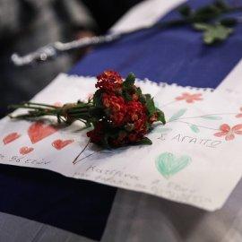 Φώφη Γεννηματά - κηδεία: Η συγκινητική ζωγραφιά που άφησε στο φέρετρο 7χρονο κορίτσι - «Μη φοβάσαι, θα είναι κοντά οι άγγελοι» (φωτό) - Κυρίως Φωτογραφία - Gallery - Video