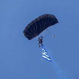 Ανατριχίλα με τους δύο αλεξιπτωτιστές στην παρέλαση της Θεσσαλονίκης - Έκαναν εντυπωσιακή ελεύθερη πτώση από στρατιωτικό ελικόπτερο (φωτό - βίντεο) - Κυρίως Φωτογραφία - Gallery - Video