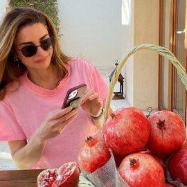 Βασίλισσα Ράνια της Ιορδανίας: Με ροζ t-shirt και μαύρο «τύπικο» γυαλάκι απολαμβάνει τα ρόδια εποχής που της έστειλαν δώρο (φωτό) - Κυρίως Φωτογραφία - Gallery - Video