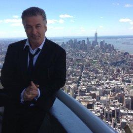 Σοκ στο Χόλιγουντ: Ο Άλεκ Μπόλντουιν πυροβόλησε & σκότωσε στα γυρίσματα ταινίας τη διευθύντρια φωτογραφίας - Τραυμάτισε τον σκηνοθέτη - Κυρίως Φωτογραφία - Gallery - Video