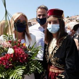 Στη Χάλκη ο Κυριάκος Μητσοτάκης & η σύζυγός του - Με μάσκες το πρωθυπουργικό ζεύγος, η casual chic εμφάνιση της Μαρέβας (φωτό - βίντεο)  - Κυρίως Φωτογραφία - Gallery - Video
